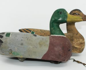 RARE EARLY PAIR OF MALLARD CARVED BY BRUNO DESAULNIERS/ RARE PAIRE DE MALLARD (PREMIER MODÈLE)SCULPTÉS PAR BRUNO DESAULNIERS